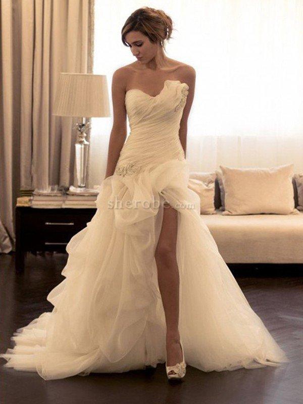 vestido de novia de corte evasé en organza de cola barriba de escote